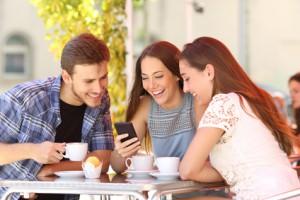 Freunde nutzen ein Smartphone