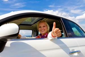Frau freut sich über günstige Kfz Versicherung