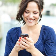 Frau nutzt Mobilfunktarife